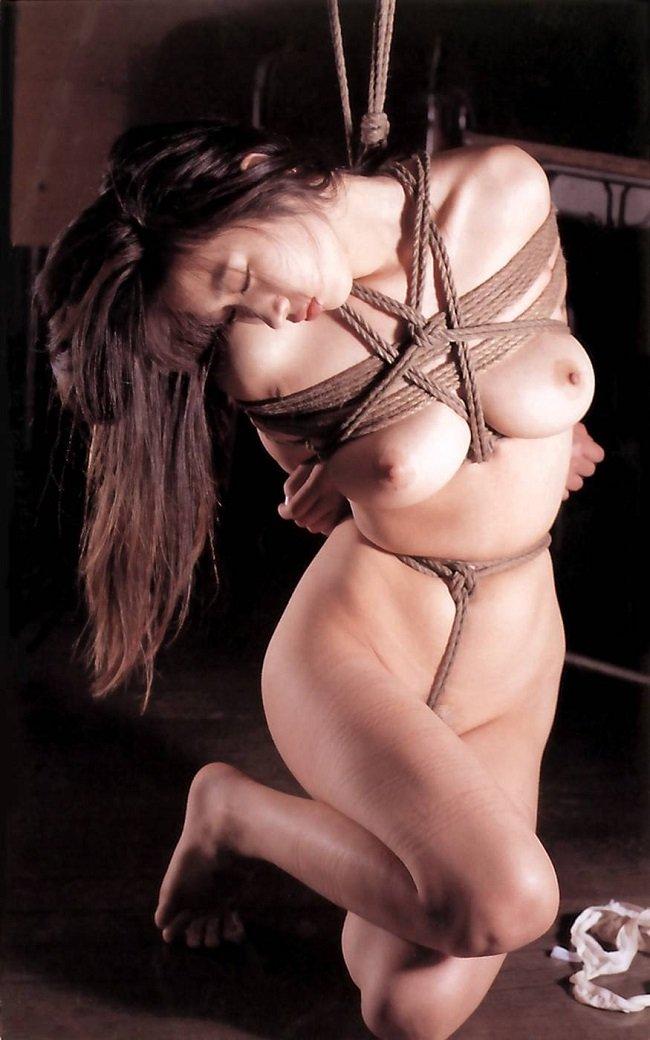 縄で縛られた裸の女の子 (12)