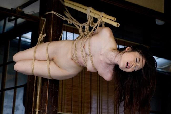 縄で縛られた裸の女の子 (10)