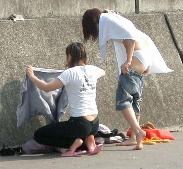 ビキニを着ようと裸になる素人さん (6)