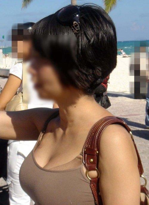 デカい乳房が服の上でも分かる (3)