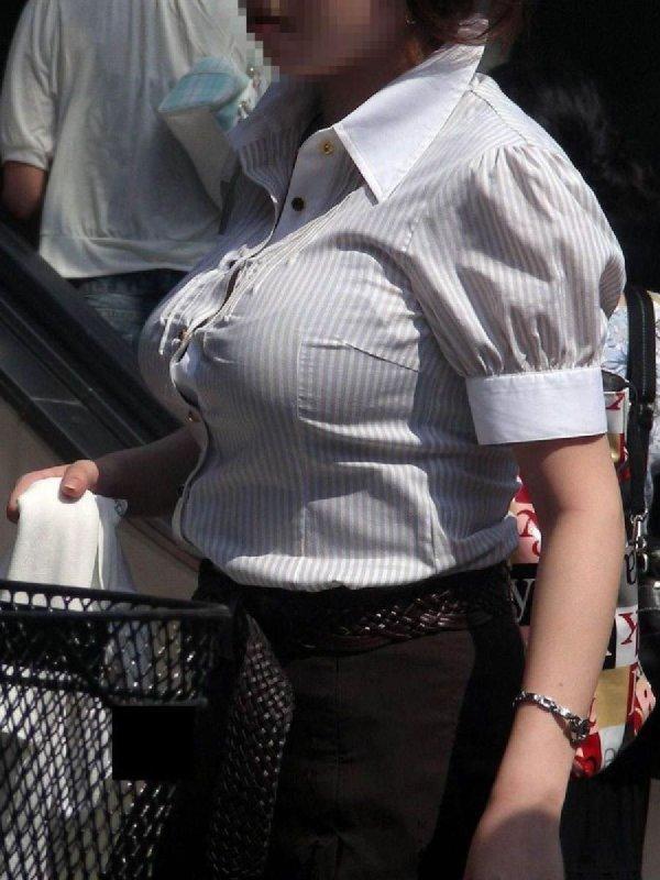 おっぱいがデカ過ぎな街の女性 (15)