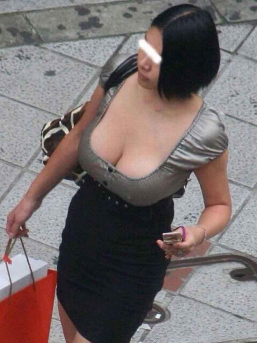 おっぱいがデカ過ぎな街の女性 (5)