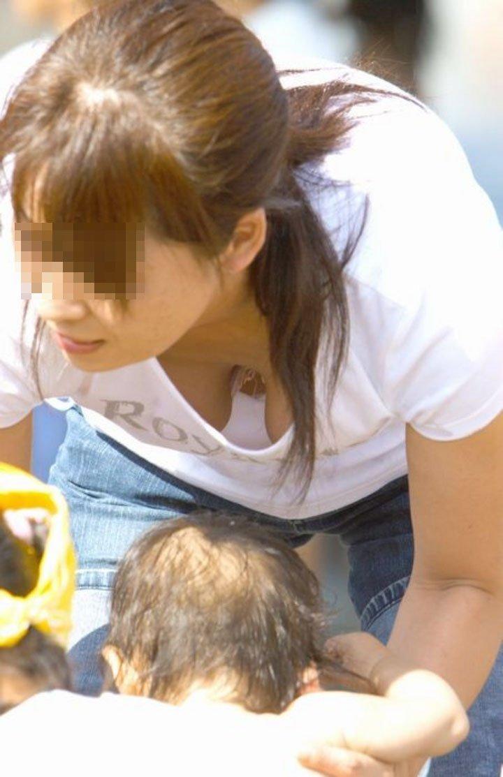 奥さんの巨乳が見えてますよ (5)