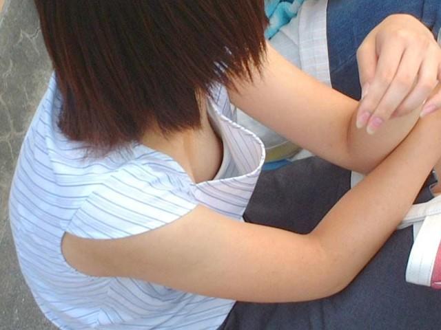 隙間から乳頭がチラリ (13)