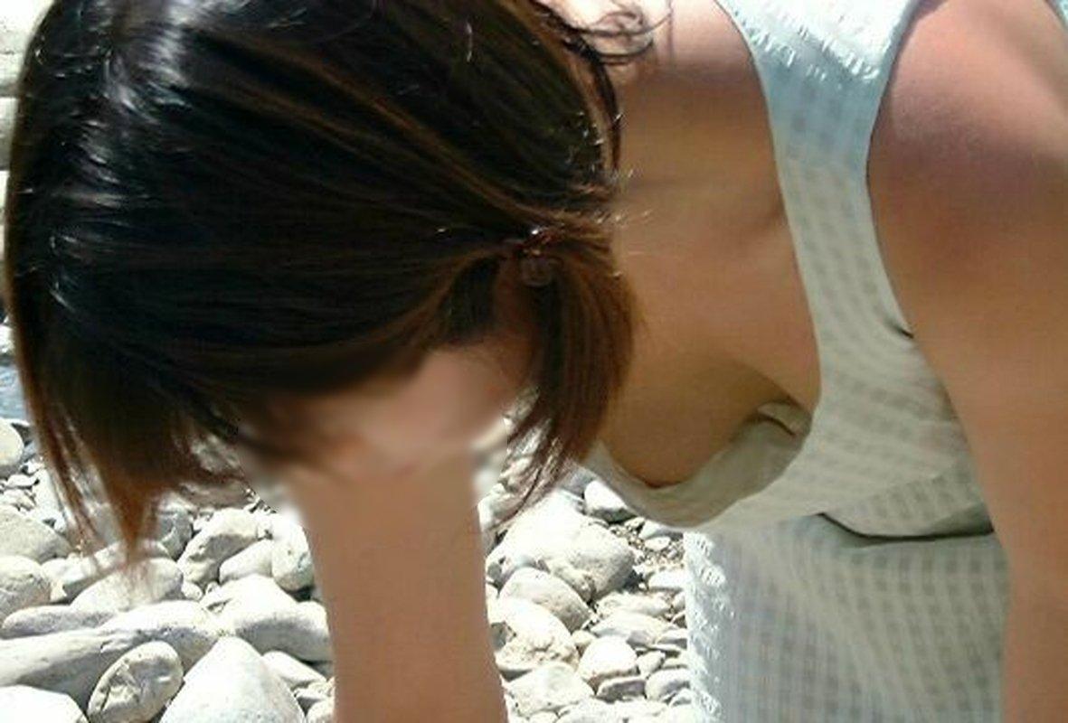 隙間から乳頭がチラリ (7)