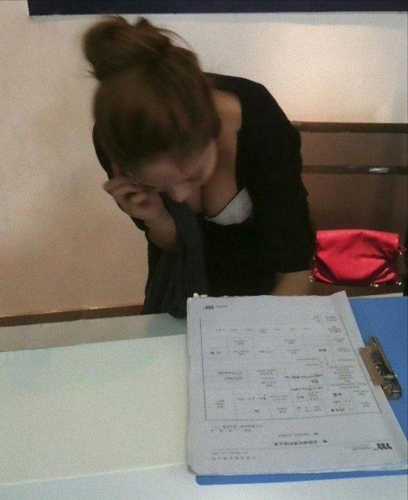 おっぱいの谷間がエロい素人さん (19)