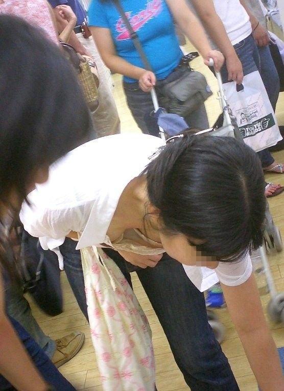 おっぱいの谷間がエロい素人さん (20)