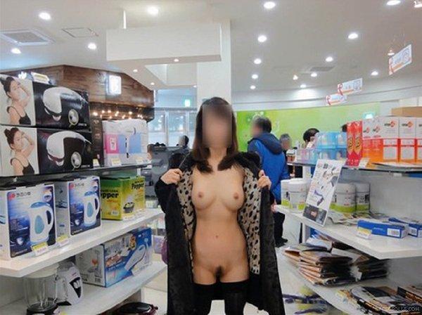店で脱いじゃう変態娘たち (11)