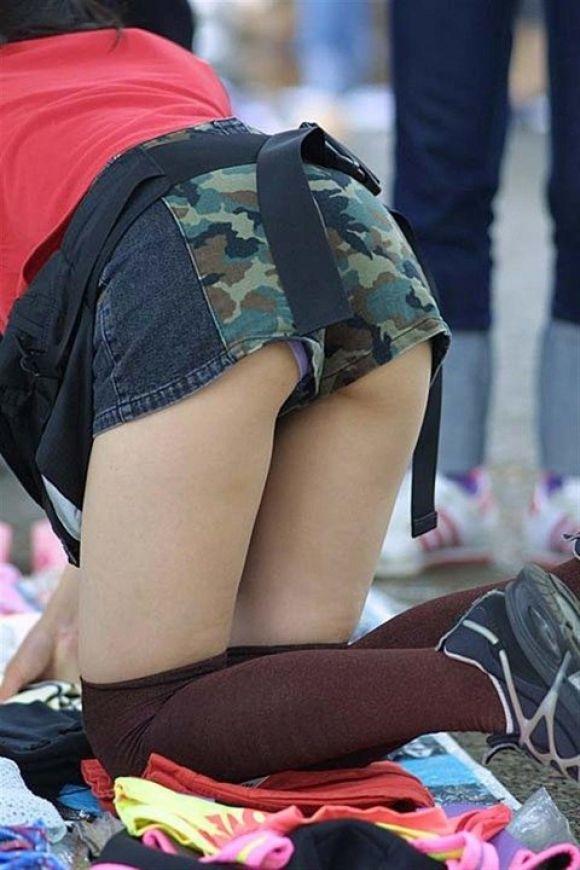ショートパンツから下着が見え隠れ (5)