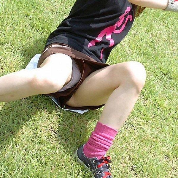 ショートパンツから下着が見え隠れ (16)