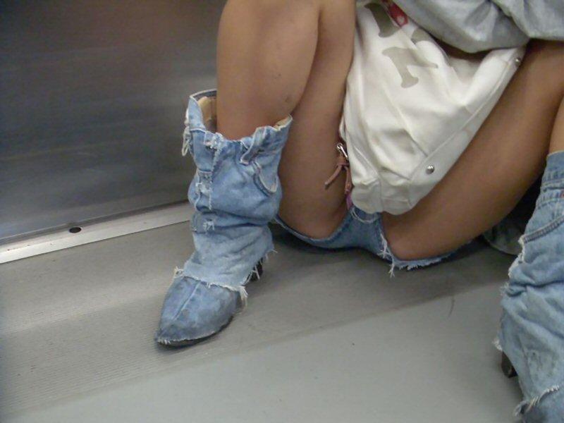 ショートパンツから下着が見え隠れ (6)