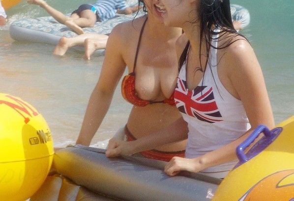 ビキニ女性を良く見ると乳首がポロリ (4)