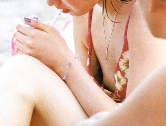 ビキニ女性を良く見ると乳首がポロリ (14)