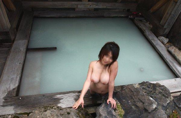 露天風呂で素っ裸の写真を撮っちゃう (14)