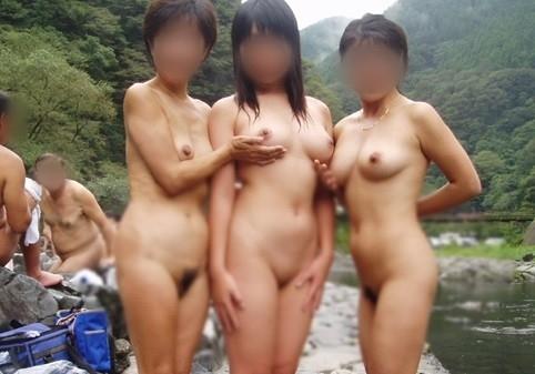 露天風呂で素っ裸の写真を撮っちゃう (3)
