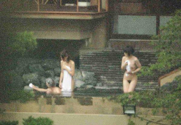 素っ裸で温泉に入っている素人さん (12)