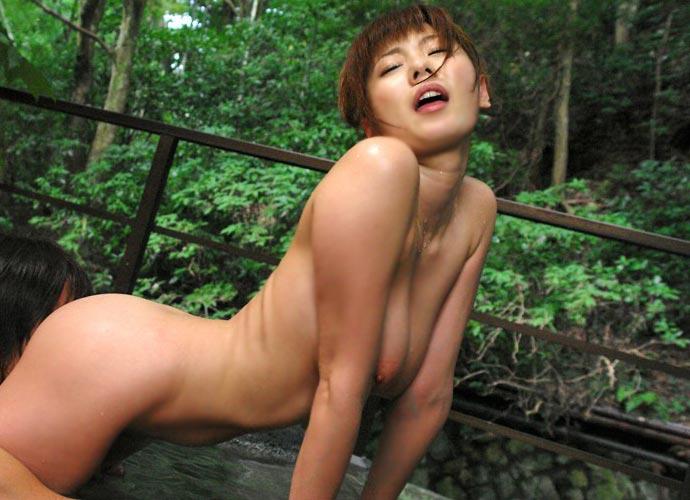 露天風呂でハメ撮りしちゃう (8)