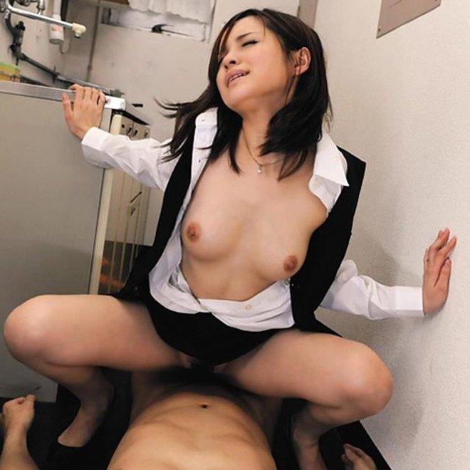 開脚してSEXを楽しむ女の子 (1)