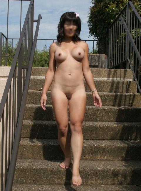 お出かけすると素っ裸になる女 (20)