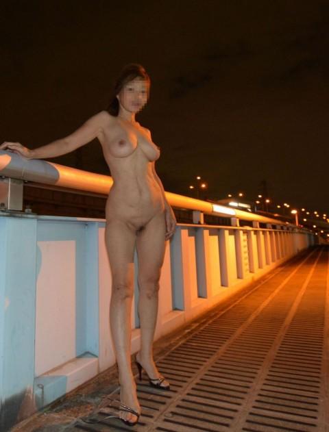 お出かけすると素っ裸になる女 (7)