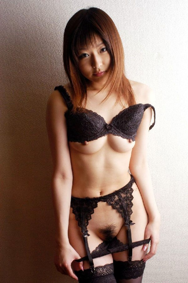 セクシーランジェリーを着る美女 (11)