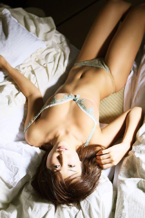 セクシーランジェリーを着る美女 (12)