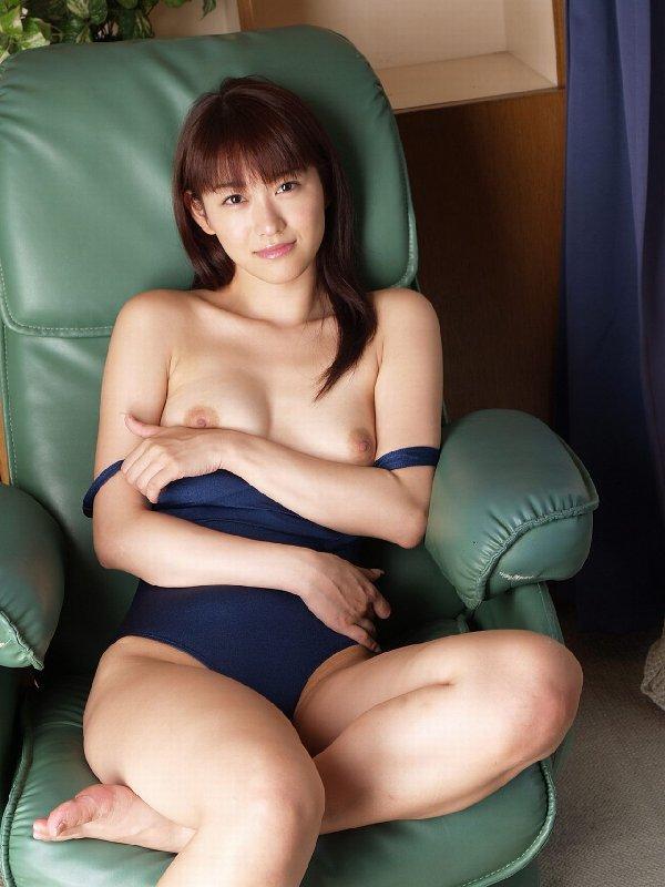 競泳水着やビキニから乳房を露出 (11)