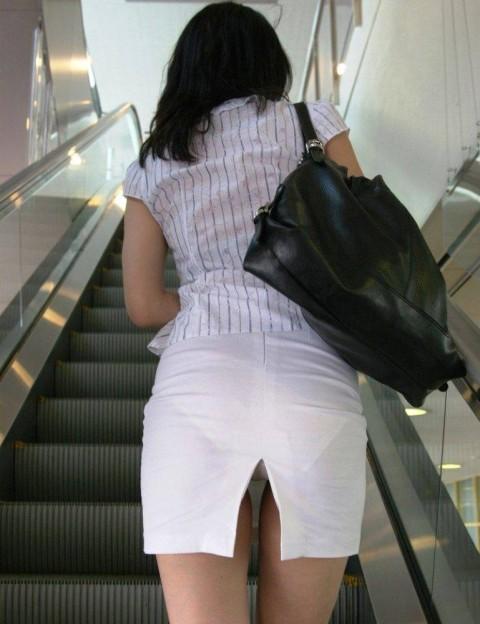 とってもミニなスカートからバッチリ下着が見えた (5)