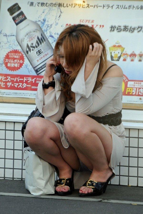 スカートが短いと下着が丸見えになる (14)