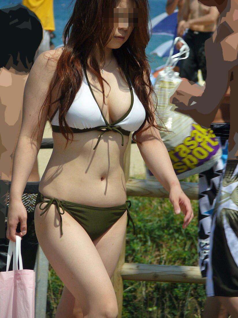 水着からポロリしそうなデカい乳房 (6)