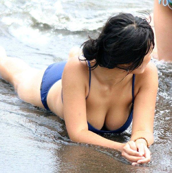 水着からポロリしそうなデカい乳房 (19)