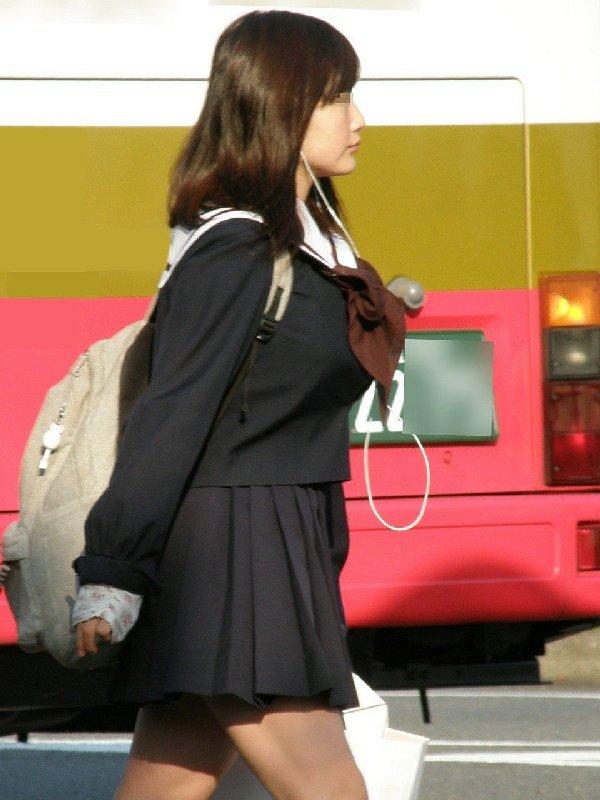 デカパイJKが街を歩いてる (13)