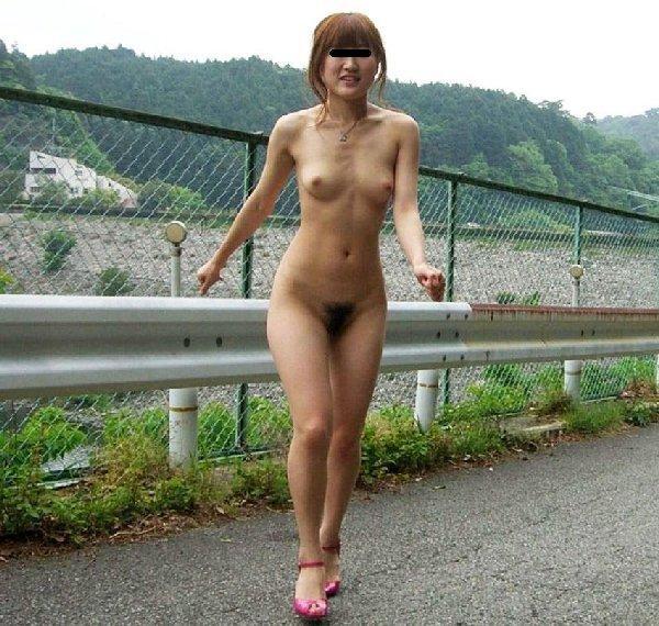 屋外で素っ裸になる素人さん (17)