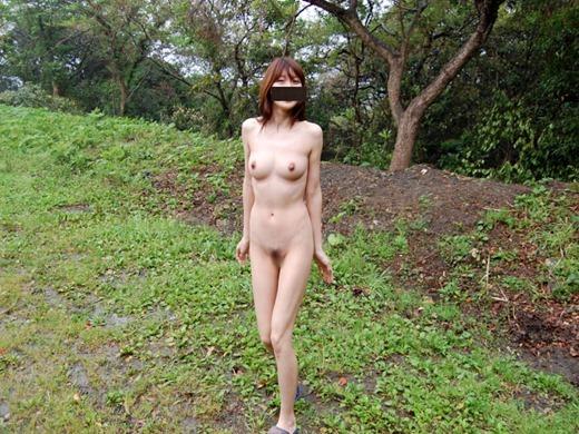 屋外で素っ裸になっている素人さん (6)