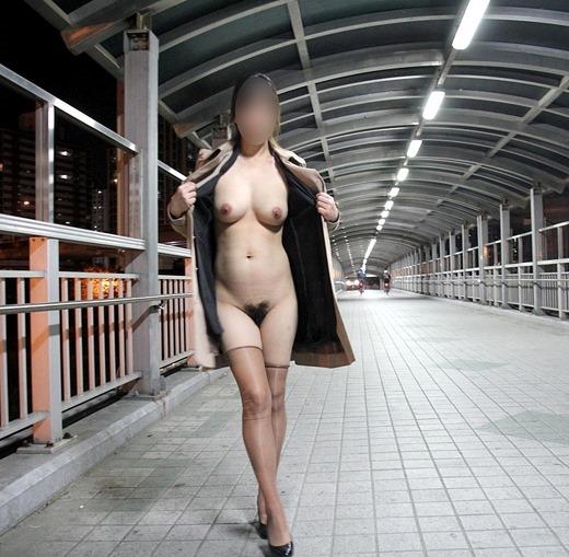 屋外で素っ裸になっている素人さん (4)