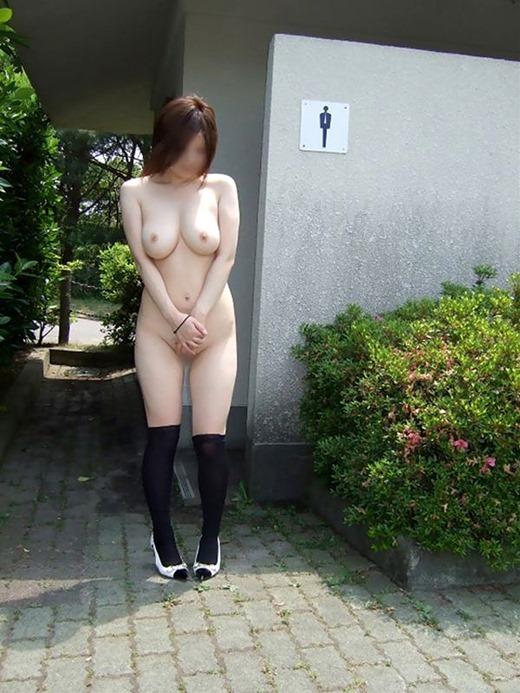 屋外で素っ裸になっている素人さん (10)