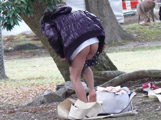 屋外で脱衣すると誰かに見られちゃう (7)