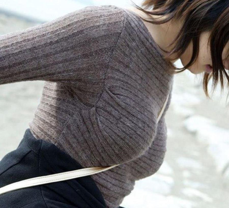 おっぱいの谷間が強調された着衣巨乳 (17)