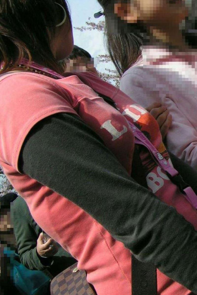 おっぱいの谷間が強調された着衣巨乳 (12)