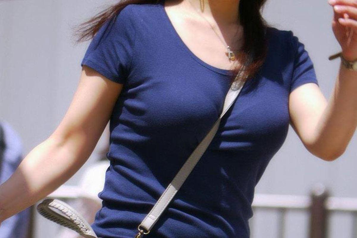 おっぱいの谷間が強調された着衣巨乳 (5)