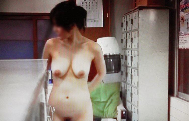 女湯に入るために素っ裸になる素人さん (2)