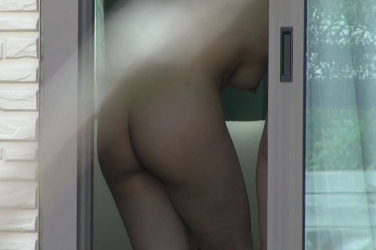 窓から素っ裸の女性を観察 (12)