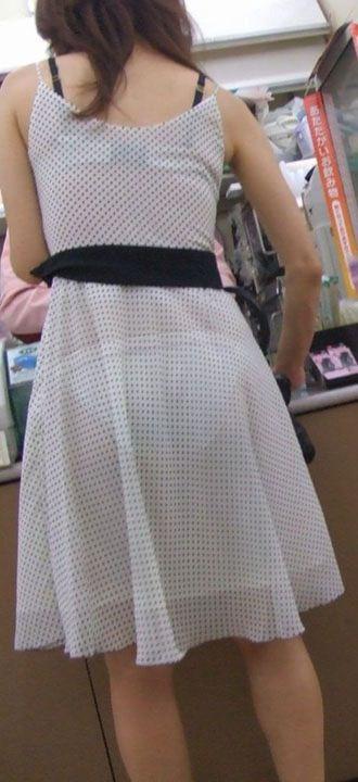 薄手の洋服で下着が透けまくる (19)