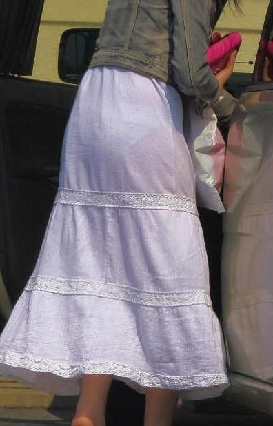 薄手の洋服で下着が透けまくる (7)