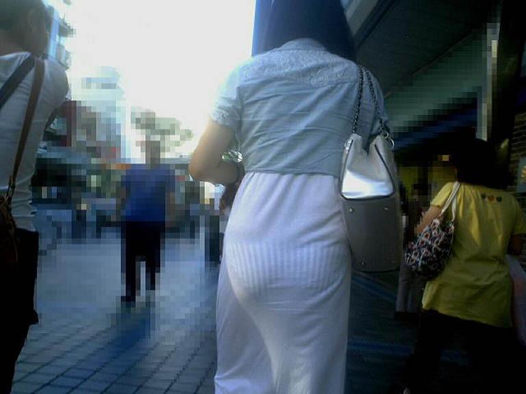 薄手の洋服で下着が透けまくる (5)