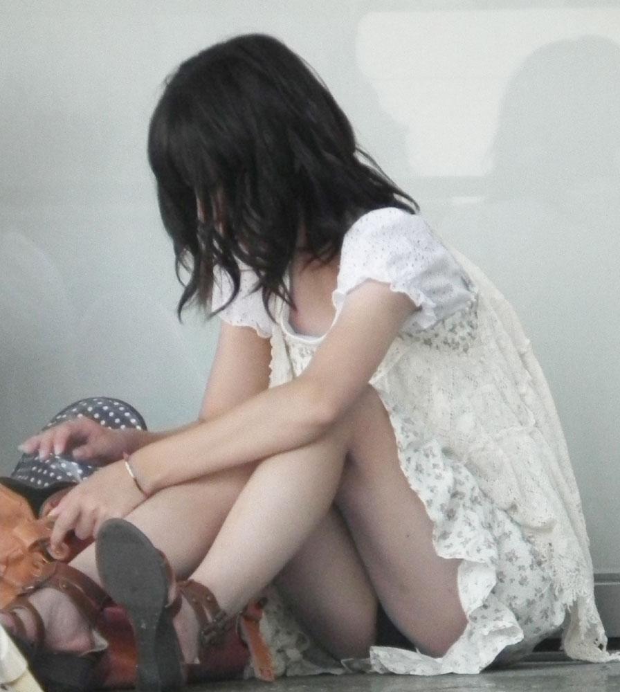 膝を立てて座ると下着が丸見え (2)