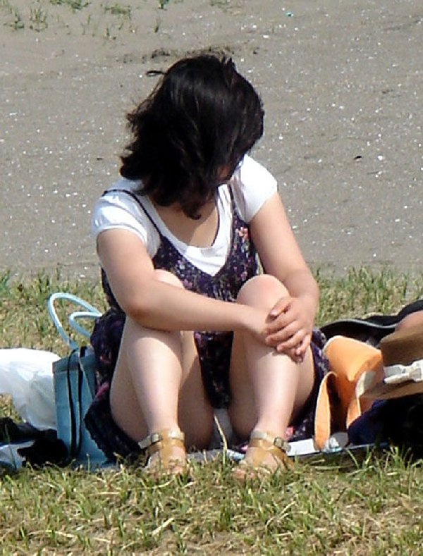 膝を立てて座ると下着が丸見え (16)