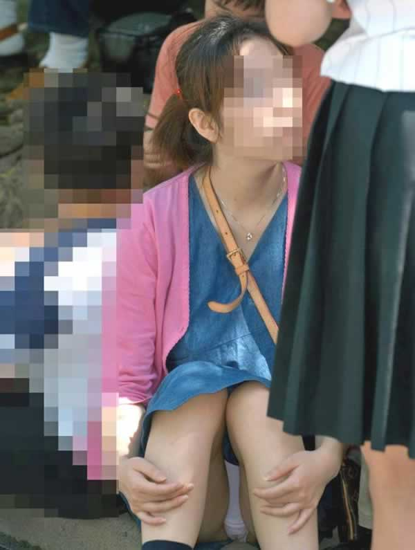 膝を立てて座ると下着が丸見え (7)