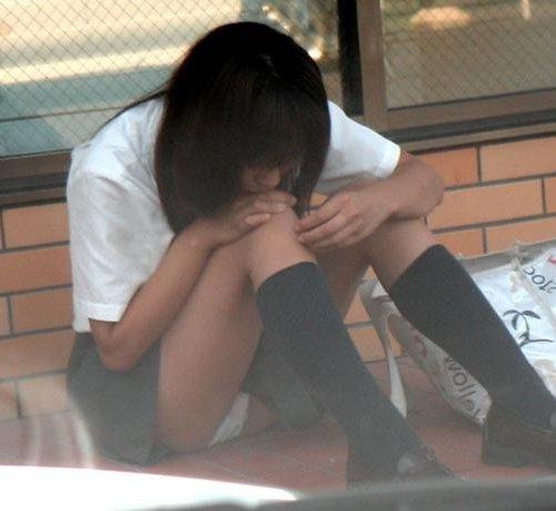 (パ●チラ写真)体育座りしたら、パンツが見えちゃったシロウト小娘たち