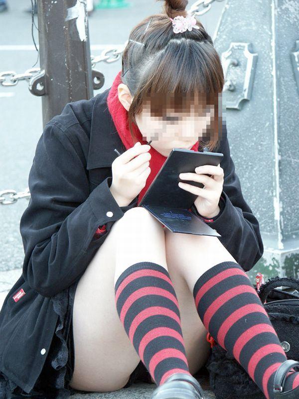 膝を立てて座ると下着が丸見え (8)